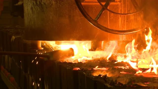 cu shot of production hall at foundry, molding procedure / duisburg, north rhine westphalia, germany - ルール渓谷点の映像素材/bロール