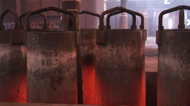 vídeos y material grabado en eventos de stock de ms shot of production hall at steel mill / bous, saarland, germany - grupo mediano de objetos