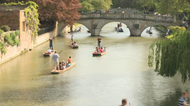 ms t/l shot of punters on river cam / cambridge, cambridgeshire, united kingdom - 史跡めぐり点の映像素材/bロール