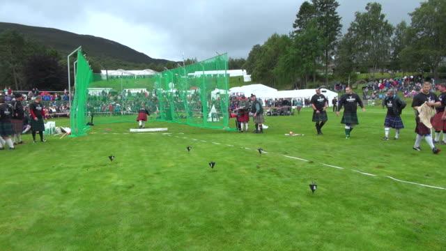 vídeos y material grabado en eventos de stock de ms shot of putting stone at braemar royal highland games / braemar, aberdeenshire, scotland - lanzamiento de pesos