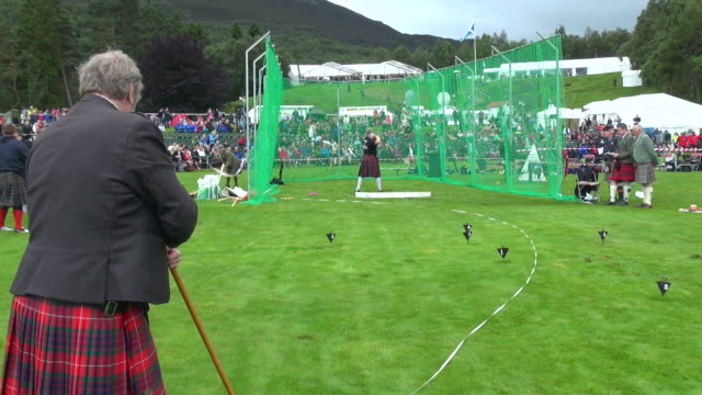 vídeos y material grabado en eventos de stock de ms pan shot of putting stone at braemar royal highland games / braemar, aberdeenshire, scotland - lanzamiento de pesos