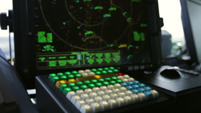 vídeos de stock, filmes e b-roll de cu r/f shot of radar screen and keypad in air traffic control tower / virginia, united states - torre de controle de tráfego aéreo