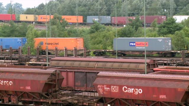 vídeos de stock e filmes b-roll de ms shot of railroad yard maschen near hamburg / maschen, lower saxony, germany - escrita ocidental