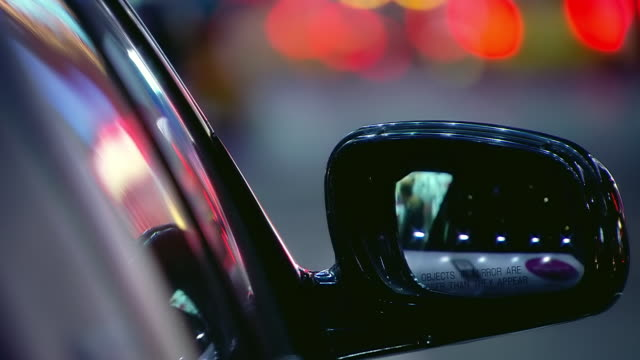 vídeos y material grabado en eventos de stock de ecu shot of rear view mirror of car with objects in mirror are closer than they appear sign at night / new york, united states - retrovisor exterior