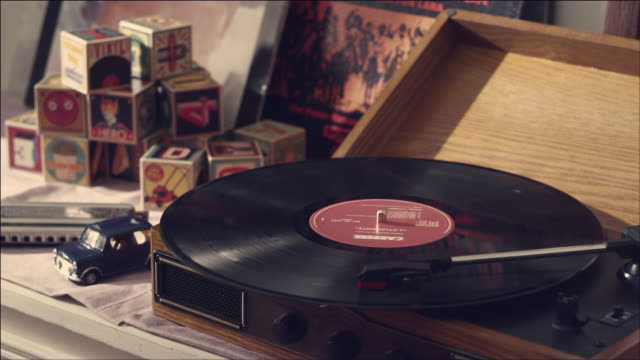 stockvideo's en b-roll-footage met shot of record playing on turntable - draaitafel