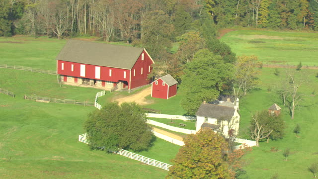 ms aerial zi shot of red farmhouse at gettysburg national military park / pennsylvania, united states - gettysburg stock-videos und b-roll-filmmaterial