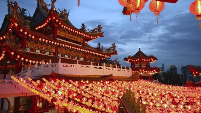 ms shot of red lanterns with thean hou temple / kuala lumpur, malaysia - kuala lumpur点の映像素材/bロール