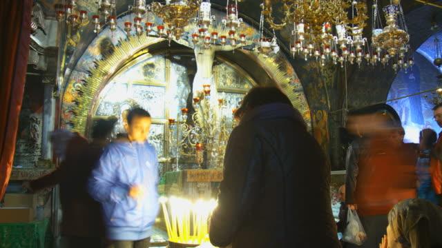 vidéos et rushes de ms t/l shot of religious worshiping at holy sepulchre interior / jerusalem, judea, israel - fidèle religieux