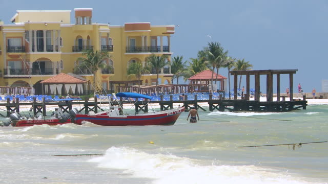 vídeos y material grabado en eventos de stock de ms shot of resort hotel by the beach with a wooden pier / playa del carmen, quintana roo, mexico - playa del carmen