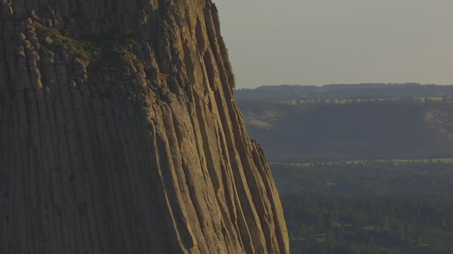 stockvideo's en b-roll-footage met cu aerial shot of ridges of devils tower  / wyoming, united states - wyoming