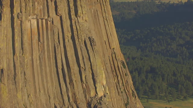 stockvideo's en b-roll-footage met cu aerial tu shot of ridges of devils tower / wyoming, united states - wyoming