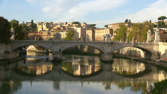 ws shot of river tiber and ponte vittorio emanuelle ii / rome, latium, italy - テベレ川点の映像素材/bロール