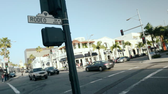 vídeos de stock, filmes e b-roll de ms t/l shot of rodeo drive sign in beverly hills / beverly hills, california, united states - beverly hills