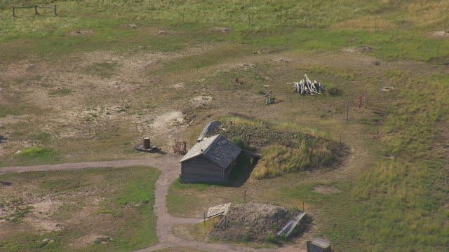 vidéos et rushes de ms aerial ts shot of rotate around sod house at prairie homestead / phillip, south dakota, united states - grandes plaines américaines