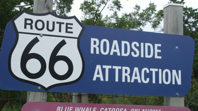 vidéos et rushes de cu shot of route 66 roadside attraction sign for blue whale of catoosa / catoosa, oklahoma, united states - route 66