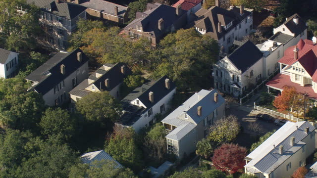 vidéos et rushes de ms aerial shot of row houses at charleston / south carolina, united states - charleston