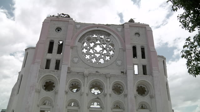 vídeos y material grabado en eventos de stock de ms td shot of ruining facade of cathedral of our lady of assumption / port-au-prince, haiti - hispaniola