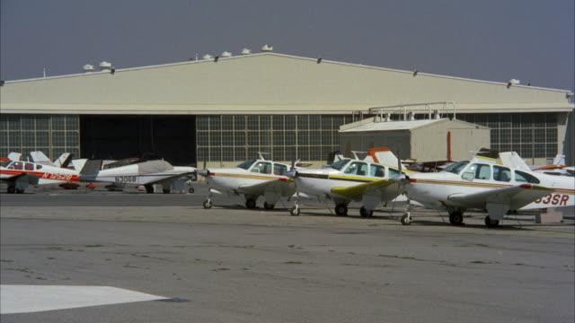 vídeos de stock, filmes e b-roll de ms ts shot of running airplane at whitman airport - pista de aterrizagem