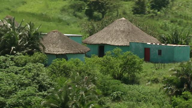 vídeos de stock e filmes b-roll de ms aerial ds shot of rural settlement / durban, kwazulu natal, south africa - telhado de palha