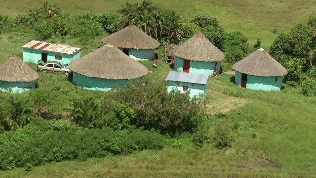 vídeos de stock e filmes b-roll de ws aerial shot of rural settlement / durban, kwazulu natal, south africa - telhado de palha