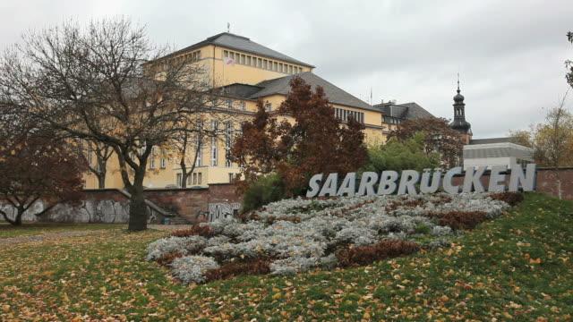 vídeos de stock, filmes e b-roll de ms shot of saarbrucken theatre / saarbrucken, saarland, germany  - escrita ocidental