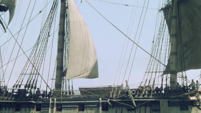 vidéos et rushes de ms td pan ts shot of sails of a clipper on ship - navire à voiles