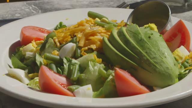 vídeos y material grabado en eventos de stock de cu shot of salad being serve / chicago, illinois, united states - aguacate