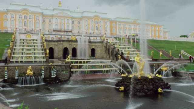 ws shot of samson fountain in front of peterhof palace / st. petersburg, russia - st. petersburg russia stock videos & royalty-free footage