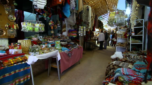 vídeos de stock e filmes b-roll de ms pan shot of san pedro market place interior / angostura, chile - wiese