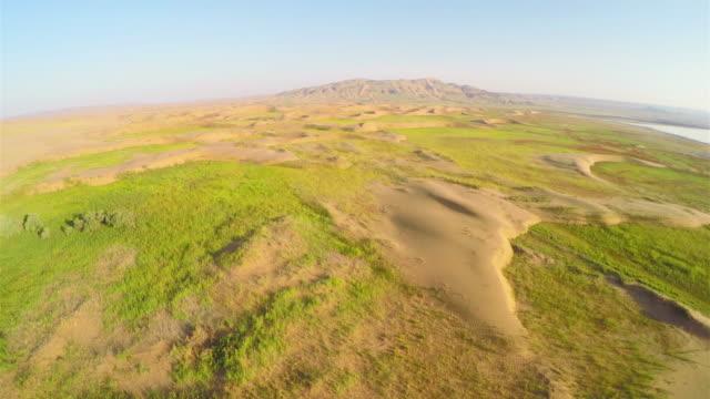 vídeos y material grabado en eventos de stock de ws aerial shot of scenery near lake in tengger desert/alashan, inner mongolia, china. - estepa