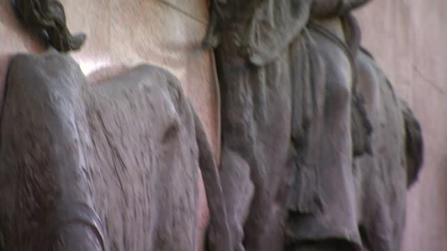 vídeos de stock e filmes b-roll de cu ts shot of sculpture in wall / marid, spain - figura masculina