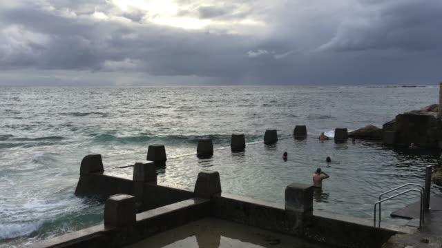 stockvideo's en b-roll-footage met 4k shot of sea baths and bathers at coogee beach - buitenbad