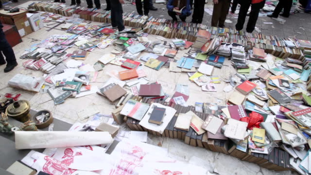 vídeos y material grabado en eventos de stock de ms tu shot of second hand book market / xi'an, shaanxi, china - manecilla de segundos