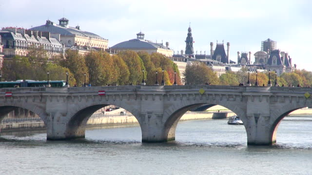 ms shot of seine and pont neuf / paris, ile de france, france - ポンヌフ点の映像素材/bロール