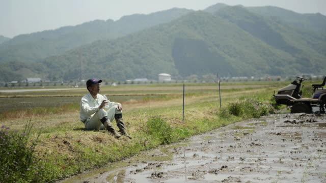 ms shot of senior man drinks the water and takes break / toyooka, hyogo, japan - resting点の映像素材/bロール