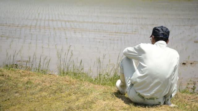 ms tu shot of senior man has rest sitting on footpath / toyooka, hyogo, japan - resting点の映像素材/bロール