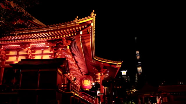 vídeos de stock, filmes e b-roll de ws shot of senso ji temple and sky tree at night / asakusa, tokyo, japan - templo asakusa kannon