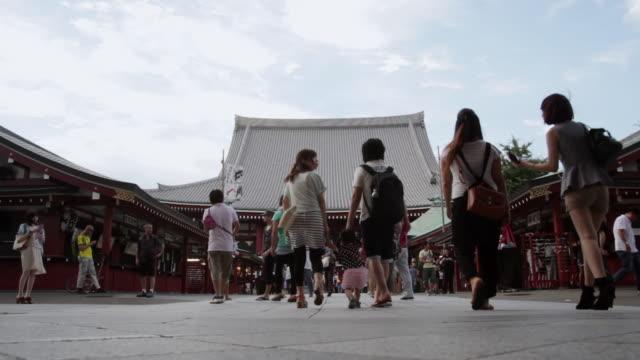vídeos de stock, filmes e b-roll de ws t/l la shot of sensouji temple / tokyo, japan  - templo asakusa kannon
