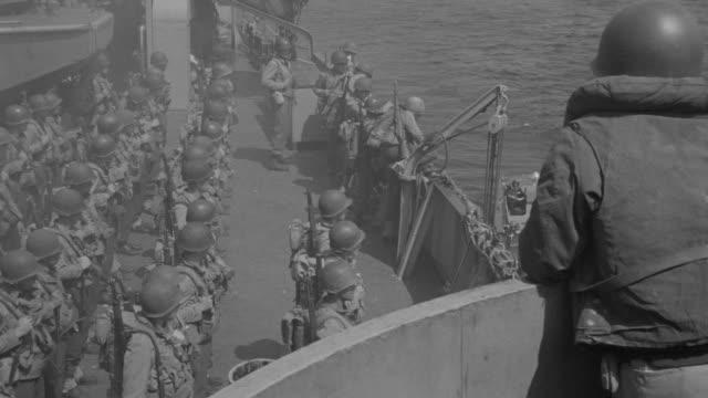 vidéos et rushes de ms ha shot of ship deck filled with soldiers preparing for war - cuirassé