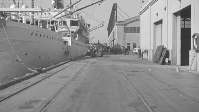 vídeos de stock e filmes b-roll de ms shot of ship docked in harbor - ancorado