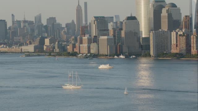 "vídeos de stock e filmes b-roll de ""ws ts aerial shot of ship / new york city, united states"" - figura masculina"