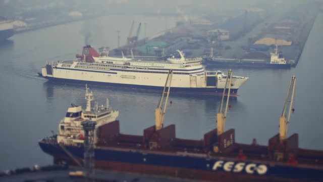 ws t/l shot of ships at incheon harbor / incheon, south korea - zeitraffer tag bis dämmerung stock-videos und b-roll-filmmaterial