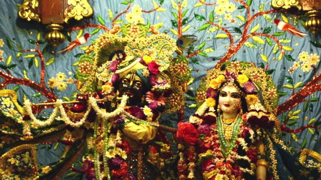 vídeos y material grabado en eventos de stock de ms shot of shot of the idols of lord krishna and radha in iskcon temple, vrindavan / mathura, uttar pradesh, india - vrindavan