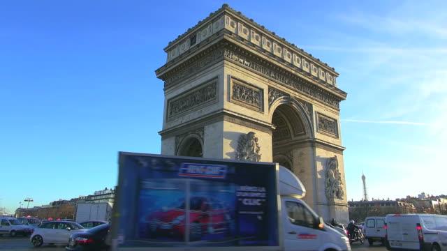 vidéos et rushes de ms la shot of side angle of arc de triomphe, charles de gaulle-etoile with traffic / paris, ile de france, france - jour