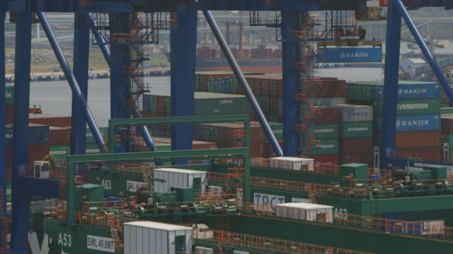 ms pan shot of side of ship being loading / taipei, taiwan - taiwan stock videos & royalty-free footage