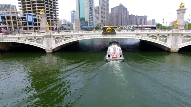 aerial shot of sightseeing boat on haihe river/tianjin,china - ausflugsboot stock-videos und b-roll-filmmaterial