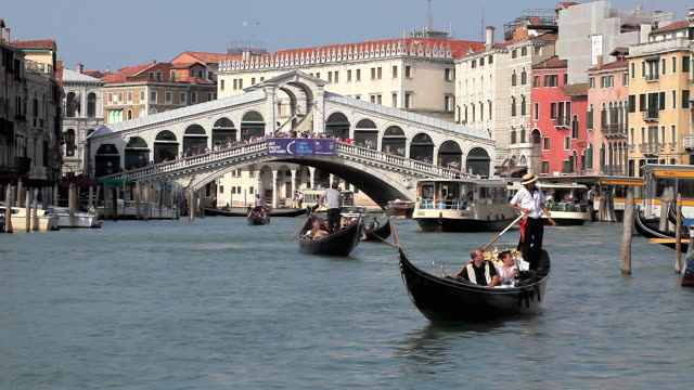 ms shot of sightseeing in gondola at rialto bridge / venice, italy - brücke stock-videos und b-roll-filmmaterial