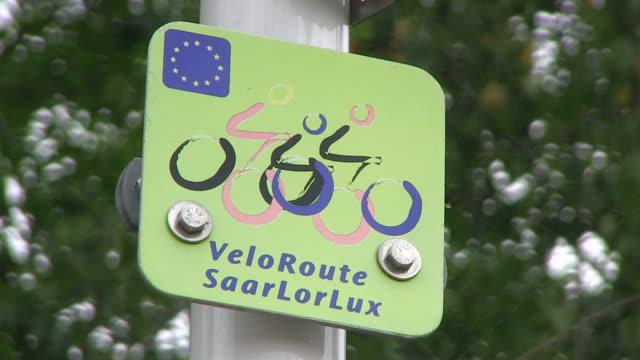 vídeos y material grabado en eventos de stock de cu shot of sign at bikeway / echternach, luxembourg - señal de información