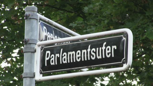 vídeos de stock, filmes e b-roll de cu shot of sign board of parlamentsufer a trheinturm, rhine / dusseldorf, north rhine westphalia, germany - escrita ocidental