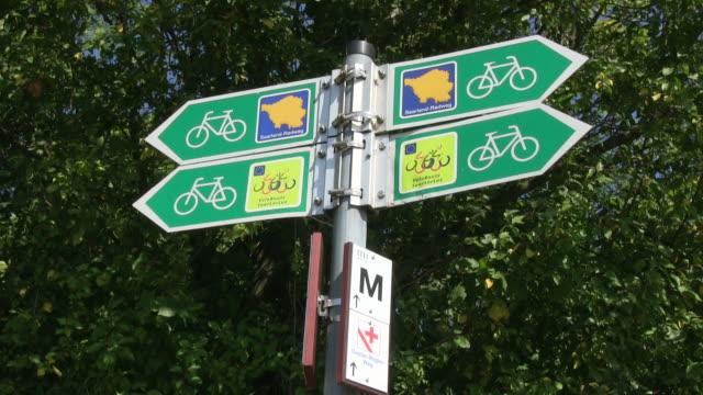 vídeos y material grabado en eventos de stock de ms shot of sign of bikeway / merzig, saarland, germany - señal de información